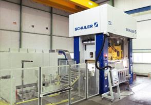 In Klein- Oder Großserien Verarbeitet BAUMGARTEN Stahlbleche Unterschiedlicher Güte Und Oberflächen Bis 6.000 KN Und Tischgrößen Bis 2500 X 1200 Mm.